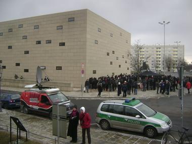 Morgens vor der Synagoge
