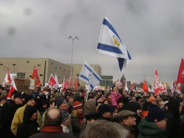 Vor der Synagoge