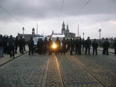Polizisten sperren Brücke