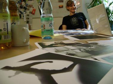 Fotos auf Tisch mit Jurymitglied im Hintergrund