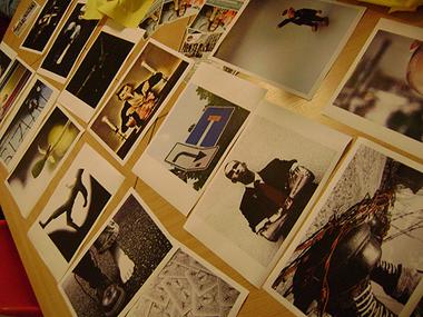 Weitere Fotos, die in die Auswahl kamen, liegen auf dem Tisch