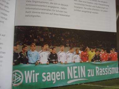 Broschüre mit Foto der DFB-Elf: Wir sagen nein zu Rassismus