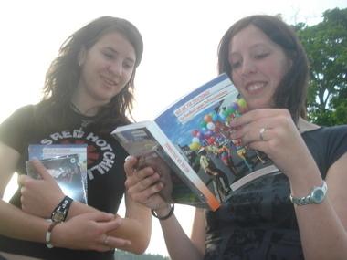 Schülerinnen aus der Jugendini Wunsiedel bei der Lektüre des MUT-ABCs